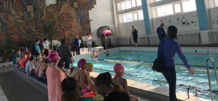 "15 марта младшие школьники продолжили  сдачу  норматива ""плавание"""